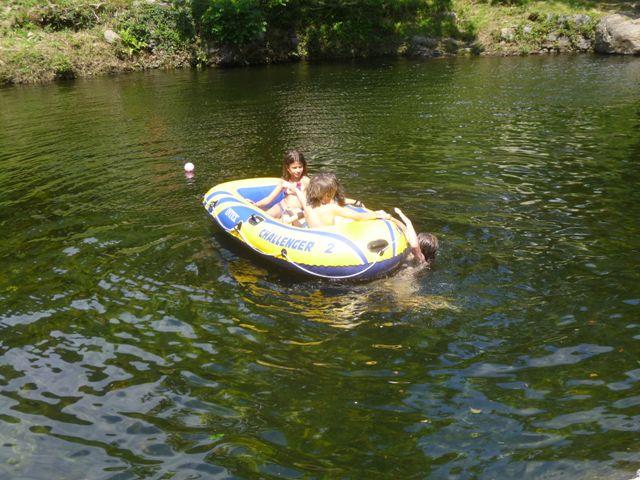 baignade en rivière sur le plan d'eau du Mouretou dans le Parc National des Cévennes